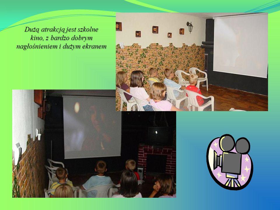 Dużą atrakcją jest szkolne kino, z bardzo dobrym nagłośnieniem i dużym ekranem