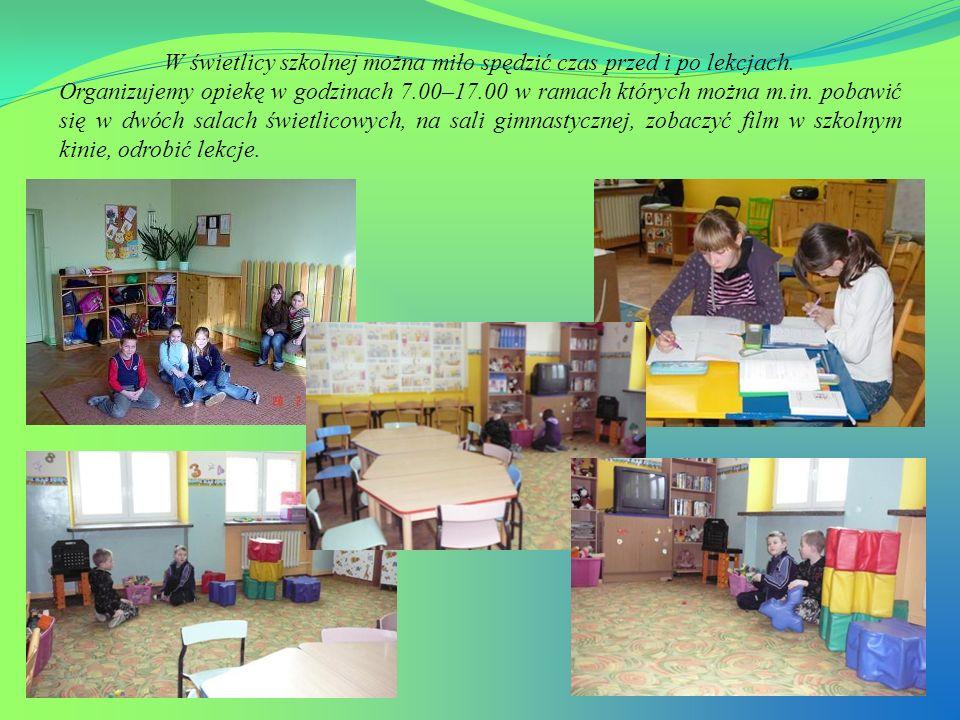 W świetlicy szkolnej można miło spędzić czas przed i po lekcjach. Organizujemy opiekę w godzinach 7.00–17.00 w ramach których można m.in. pobawić się