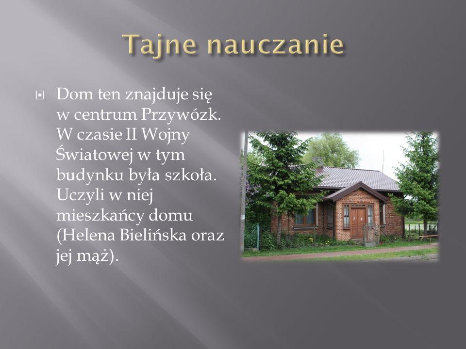 Dom ten znajduje się w centrum Przywózk.W czasie II Wojny Światowej w tym budynku była szkoła.