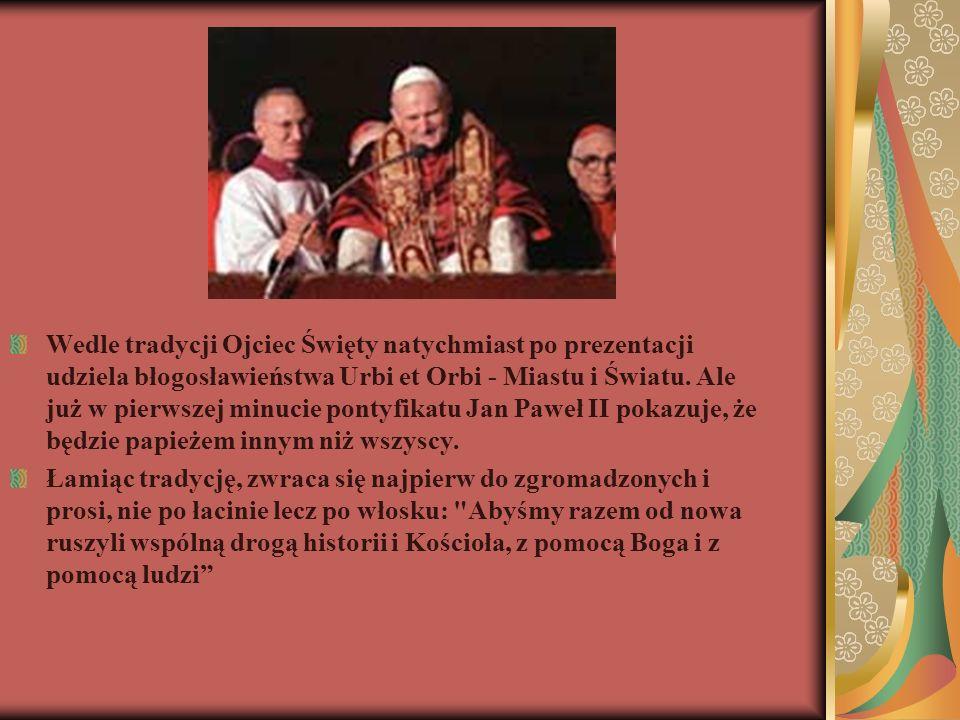 Wedle tradycji Ojciec Święty natychmiast po prezentacji udziela błogosławieństwa Urbi et Orbi - Miastu i Światu. Ale już w pierwszej minucie pontyfika