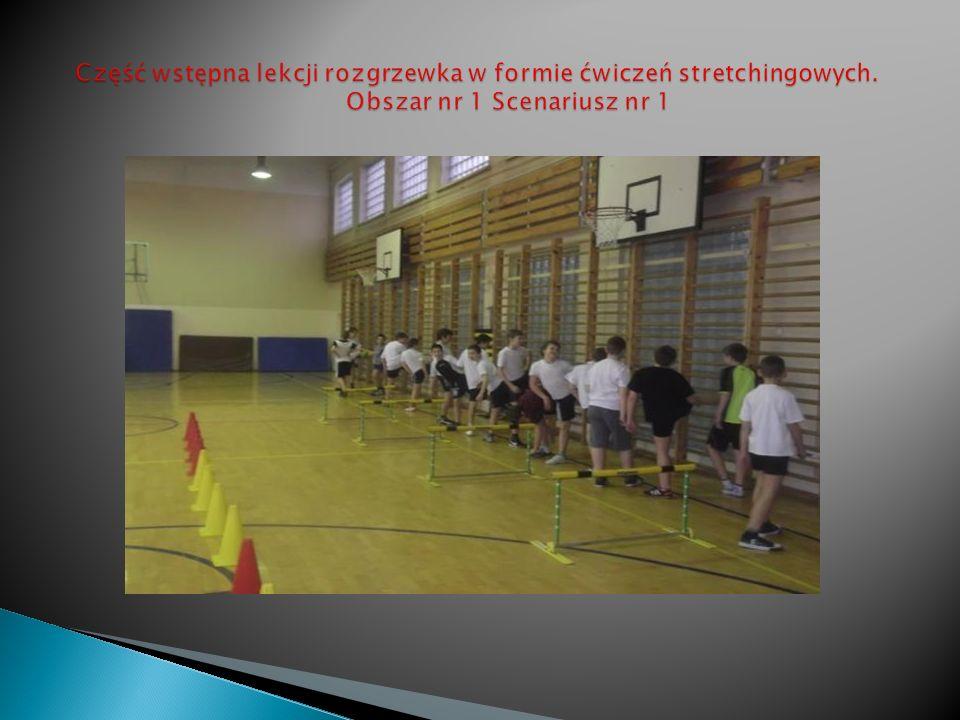 Uczniowie klas 4 na starcie biegu przygotowujący się do swojej próby.