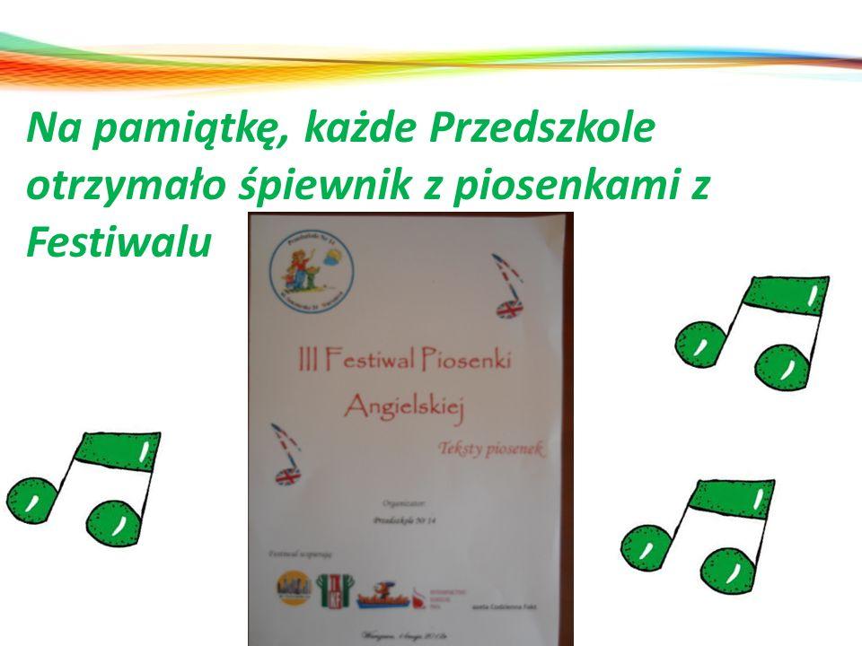 Na pamiątkę, każde Przedszkole otrzymało śpiewnik z piosenkami z Festiwalu