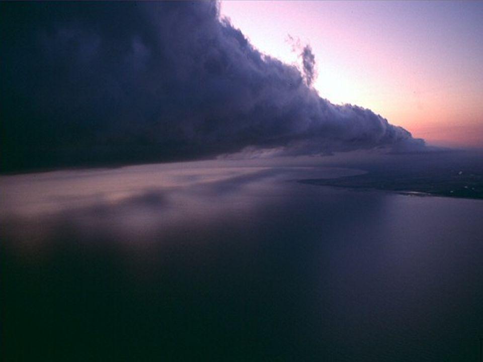 We wczesnych godzinach porannych, ciepłe, wilgotne powietrze, od morza, przesuwa się obok zimnych górnych warstw powietrza. Pod koniec 2006 r. naukowc