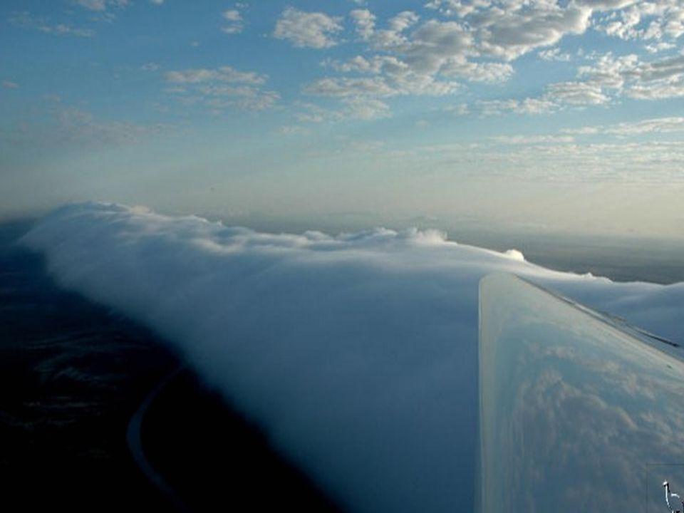 We wczesnych godzinach porannych, ciepłe, wilgotne powietrze, od morza, przesuwa się obok zimnych górnych warstw powietrza.