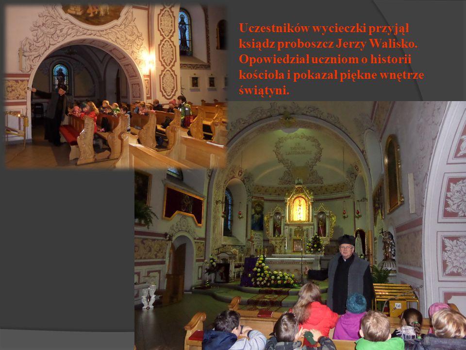 Uczestników wycieczki przyjął ksiądz proboszcz Jerzy Walisko. Opowiedział uczniom o historii kościoła i pokazał piękne wnętrze świątyni.