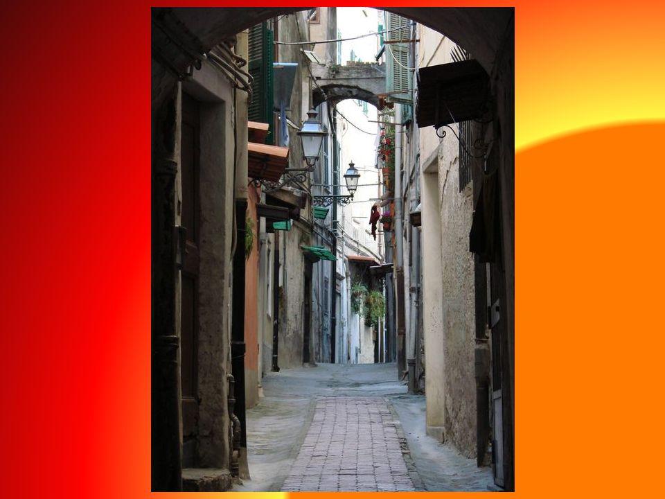 Corso Matteotti to jedna z głównych, handlowych ulic miasta, gdzie natknąć się można na wiele ciekawych zabytków. Pod numerem 143 - XV wieczny pałac B