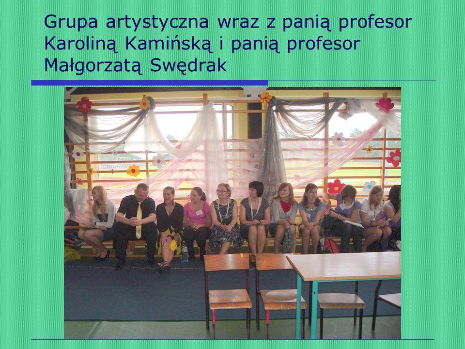 Grupa artystyczna wraz z panią profesor Karoliną Kamińską i panią profesor Małgorzatą Swędrak