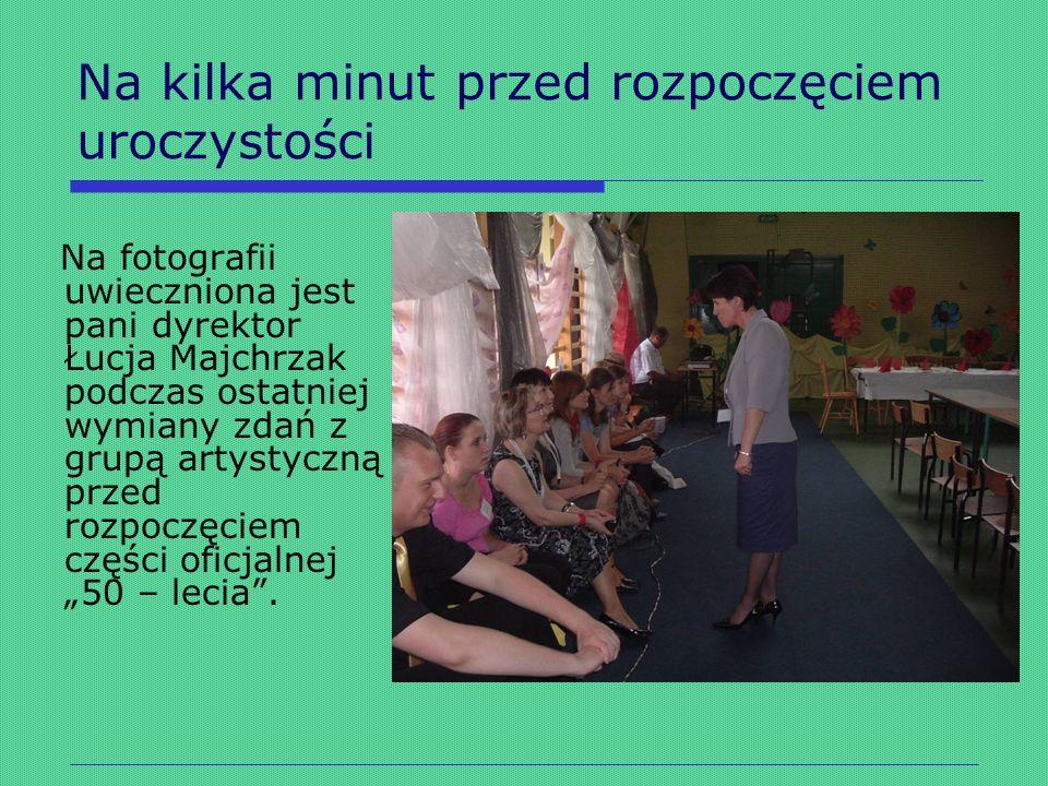 Na kilka minut przed rozpoczęciem uroczystości Na fotografii uwieczniona jest pani dyrektor Łucja Majchrzak podczas ostatniej wymiany zdań z grupą art