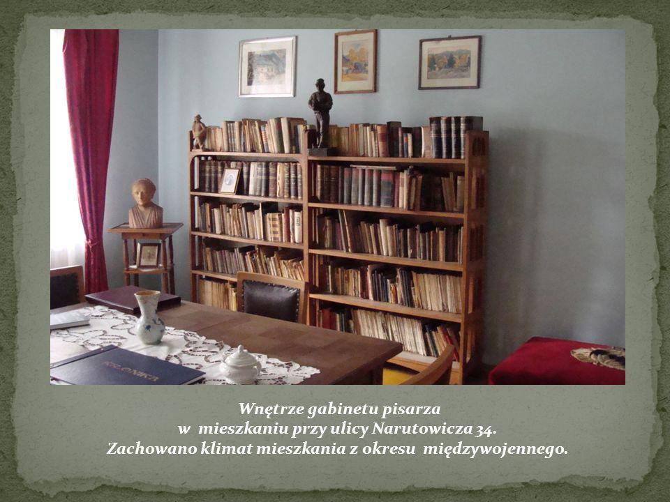 studenckich. Wnętrze gabinetu pisarza w mieszkaniu przy ulicy Narutowicza 34. Zachowano klimat mieszkania z okresu międzywojennego.