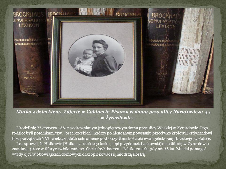Matka z dzieckiem. Zdjęcie w Gabinecie Pisarza w domu przy ulicy Narutowicza 34 w Żyrardowie. Urodził się 25 czerwca 1881r. w drewnianym jednopiętrowy