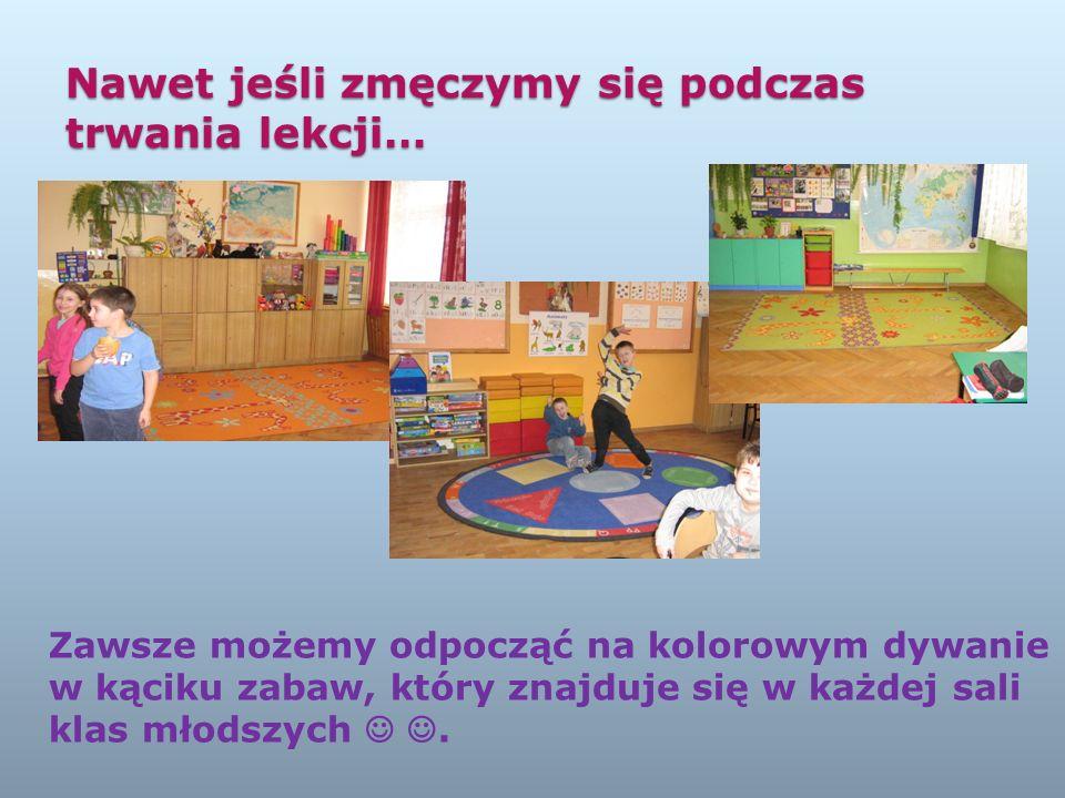 Nawet jeśli zmęczymy się podczas trwania lekcji… Zawsze możemy odpocząć na kolorowym dywanie w kąciku zabaw, który znajduje się w każdej sali klas młodszych.