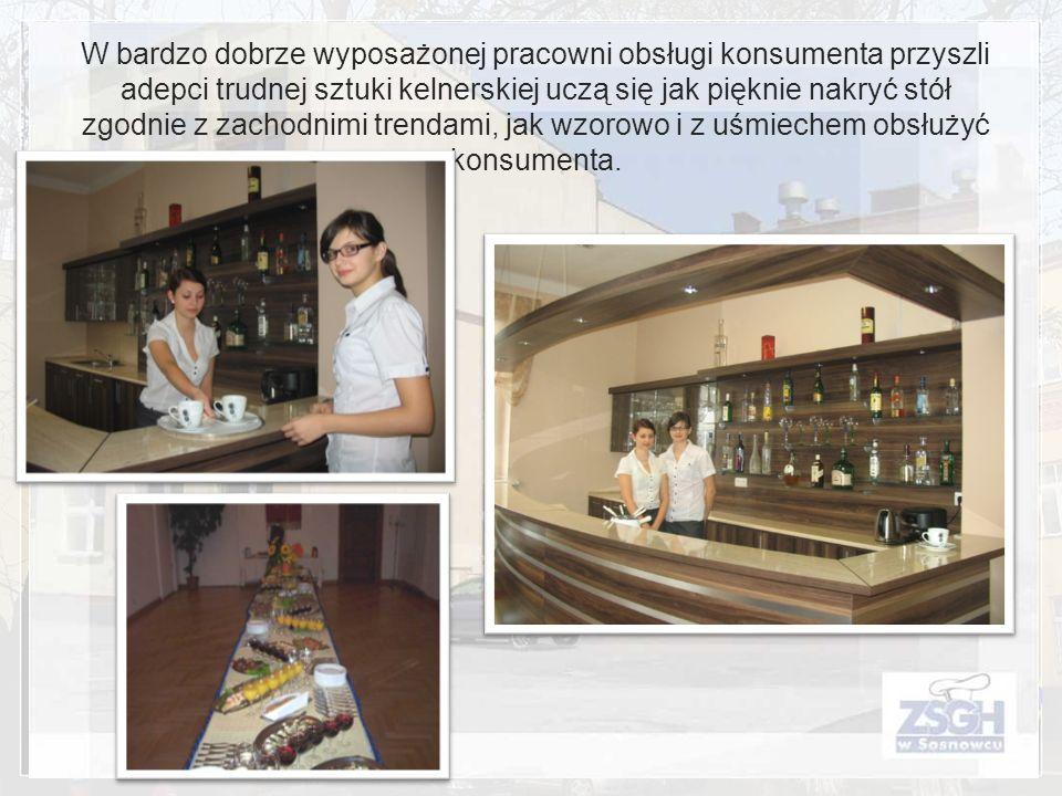 W bardzo dobrze wyposażonej pracowni obsługi konsumenta przyszli adepci trudnej sztuki kelnerskiej uczą się jak pięknie nakryć stół zgodnie z zachodni