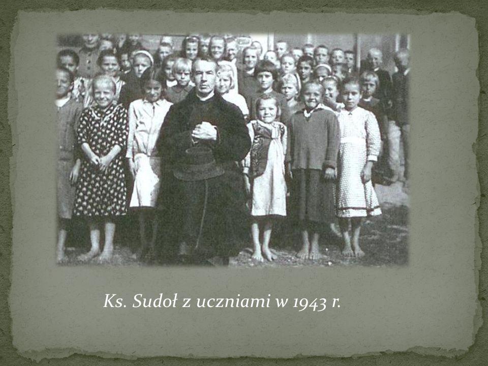 Ks. Sudoł z uczniami w 1943 r.