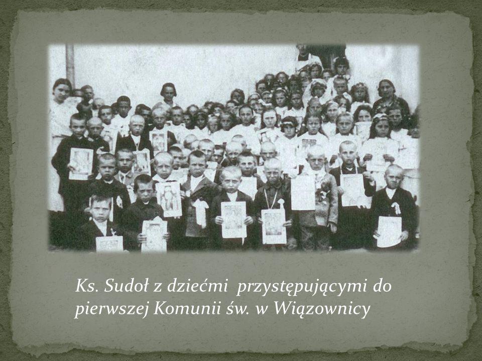 Ks. Sudoł z dziećmi przystępującymi do pierwszej Komunii św. w Wiązownicy