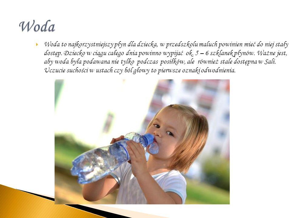 Woda to najkorzystniejszy płyn dla dziecka, w przedszkolu maluch powinien mieć do niej stały dostęp. Dziecko w ciągu całego dnia powinno wypijać ok. 5