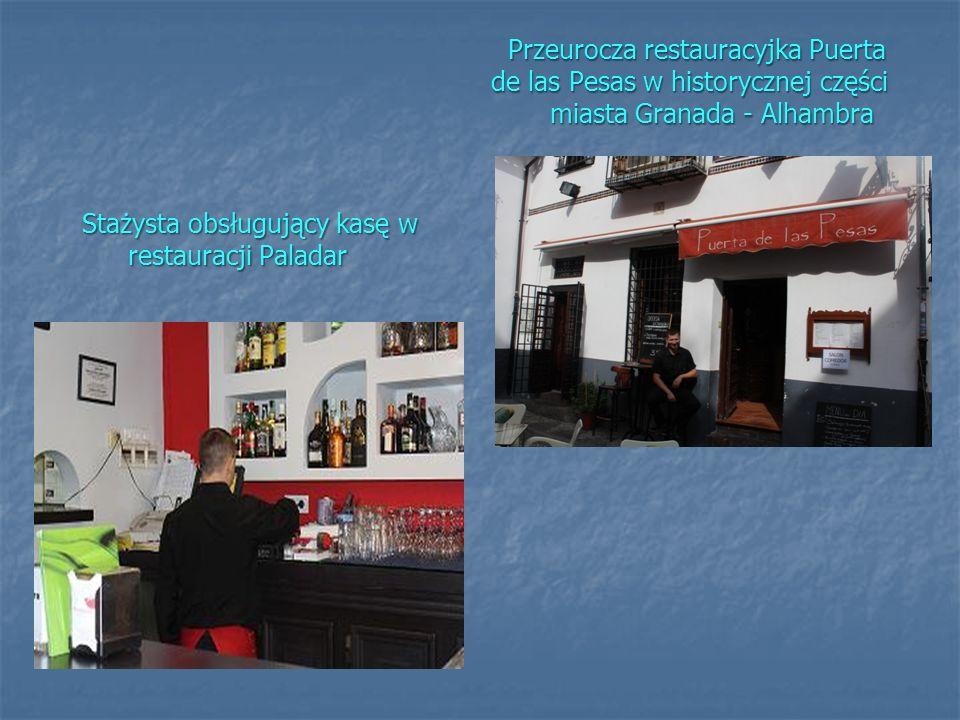 Przeurocza restauracyjka Puerta de las Pesas w historycznej części miasta Granada - Alhambra Stażysta obsługujący kasę w restauracji Paladar
