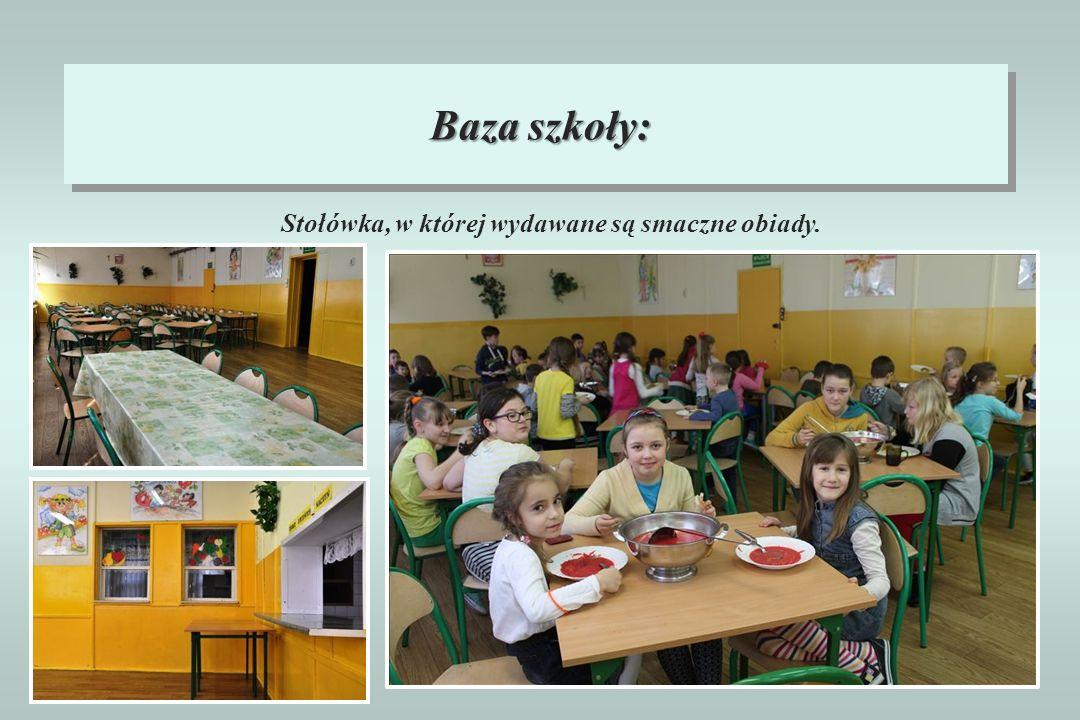 Baza szkoły: Stołówka, w której wydawane są smaczne obiady.