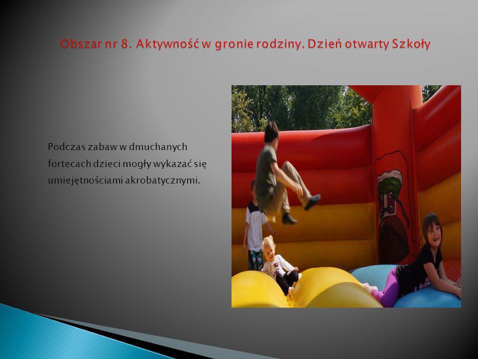 Podczas zabaw w dmuchanych fortecach dzieci mogły wykazać się umiejętnościami akrobatycznymi.