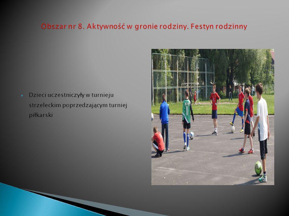 Dzieci uczestniczyły w turnieju strzeleckim poprzedzającym turniej piłkarski