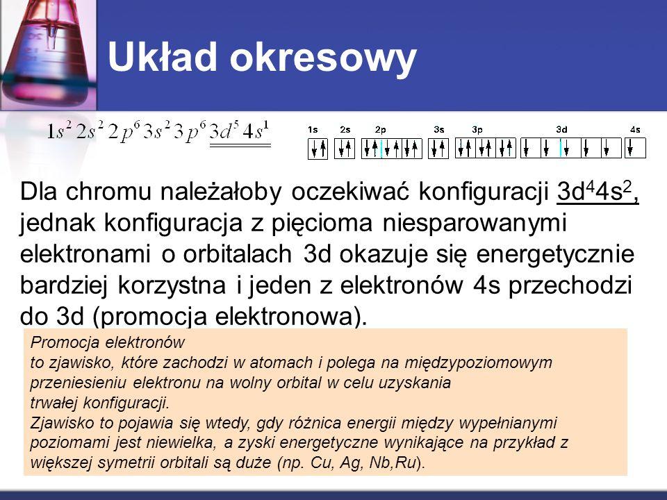 Dla chromu należałoby oczekiwać konfiguracji 3d 4 4s 2, jednak konfiguracja z pięcioma niesparowanymi elektronami o orbitalach 3d okazuje się energety