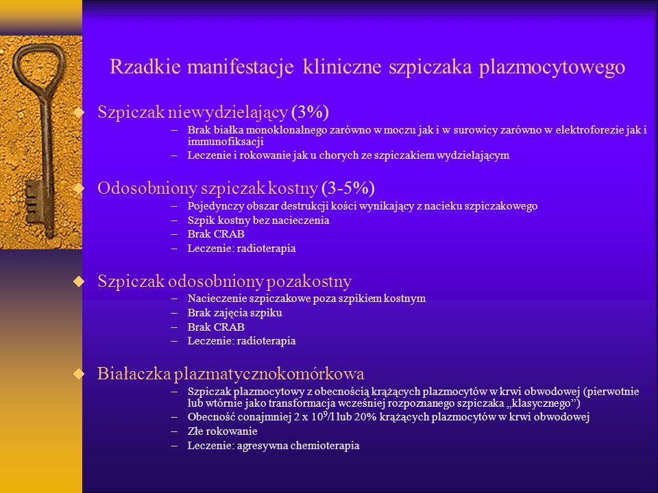 Rzadkie manifestacje kliniczne szpiczaka plazmocytowego Szpiczak niewydzielający (3%) –Brak białka monoklonalnego zarówno w moczu jak i w surowicy zarówno w elektroforezie jak i immunofiksacji –Leczenie i rokowanie jak u chorych ze szpiczakiem wydzielającym Odosobniony szpiczak kostny (3-5%) –Pojedynczy obszar destrukcji kości wynikający z nacieku szpiczakowego –Szpik kostny bez nacieczenia –Brak CRAB –Leczenie: radioterapia Szpiczak odosobniony pozakostny –Nacieczenie szpiczakowe poza szpikiem kostnym –Brak zajęcia szpiku –Brak CRAB –Leczenie: radioterapia Białaczka plazmatycznokomórkowa –Szpiczak plazmocytowy z obecnością krążących plazmocytów w krwi obwodowej (pierwotnie lub wtórnie jako transformacja wcześniej rozpoznanego szpiczaka klasycznego) –Obecność conajmniej 2 x 10 9 /l lub 20% krążących plazmocytów w krwi obwodowej –Złe rokowanie –Leczenie: agresywna chemioterapia