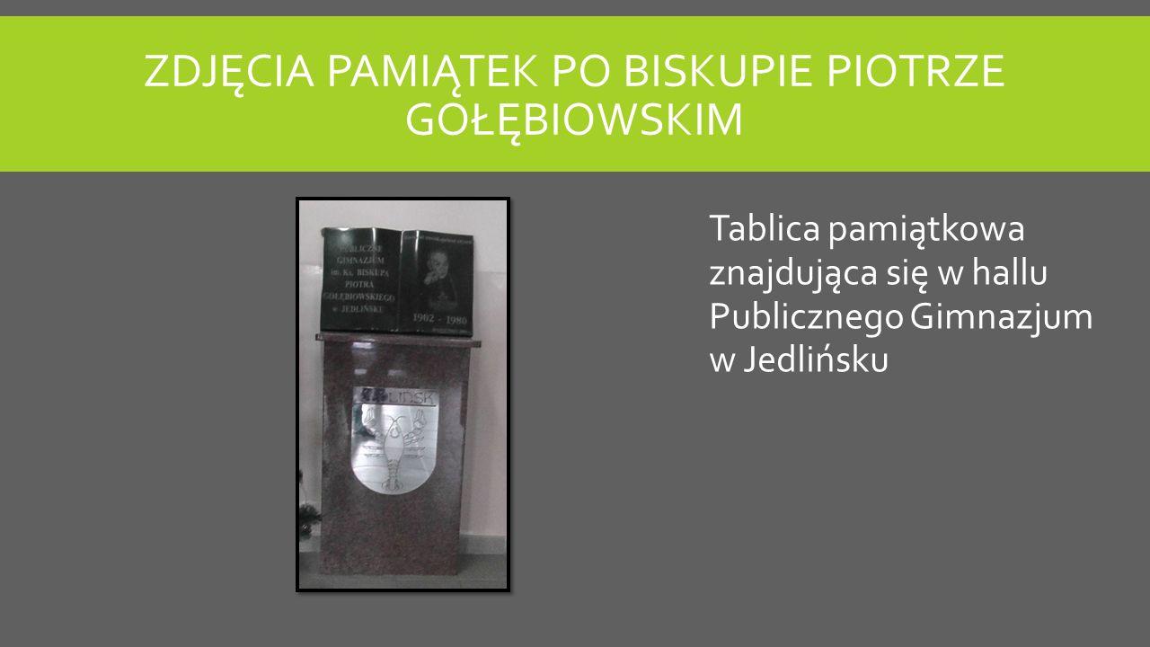 ZDJĘCIA PAMIĄTEK PO BISKUPIE PIOTRZE GOŁĘBIOWSKIM Tablica pamiątkowa znajdująca się w hallu Publicznego Gimnazjum w Jedlińsku