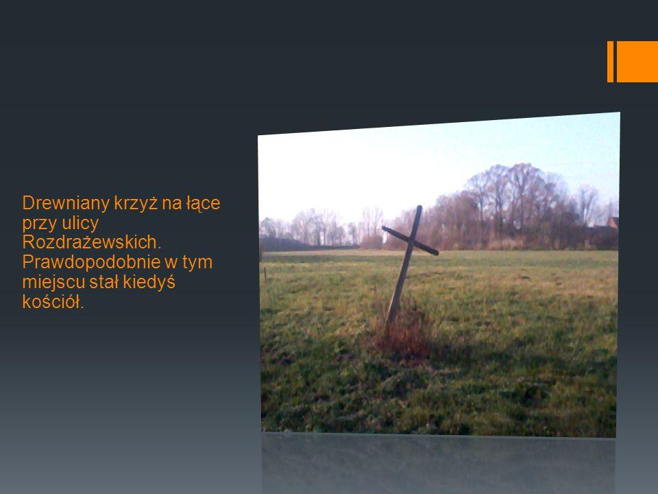 Drewniany krzyż na łące przy ulicy Rozdrażewskich.