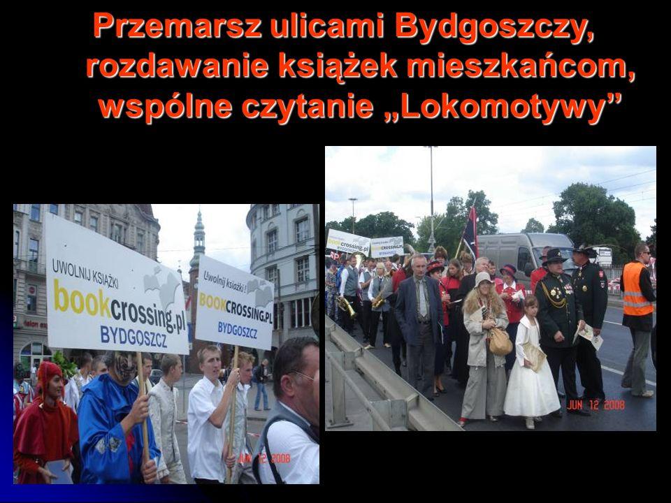 Przemarsz ulicami Bydgoszczy, rozdawanie książek mieszkańcom, wspólne czytanie Lokomotywy