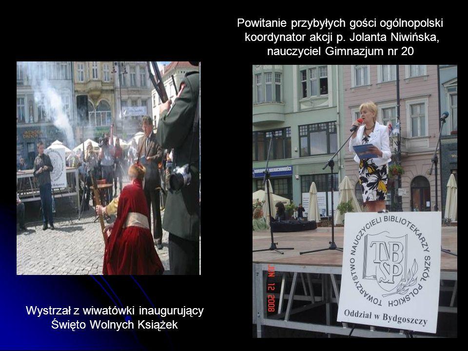 Wystrzał z wiwatówki inaugurujący Święto Wolnych Książek Powitanie przybyłych gości ogólnopolski koordynator akcji p. Jolanta Niwińska, nauczyciel Gim