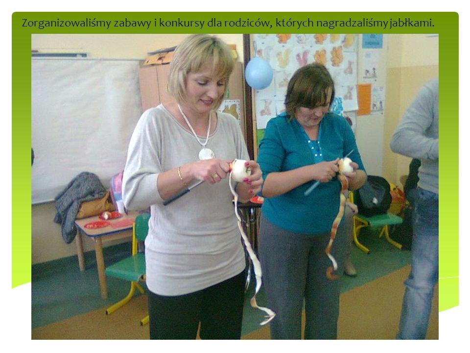 Zorganizowaliśmy zabawy i konkursy dla rodziców, których nagradzaliśmy jabłkami.