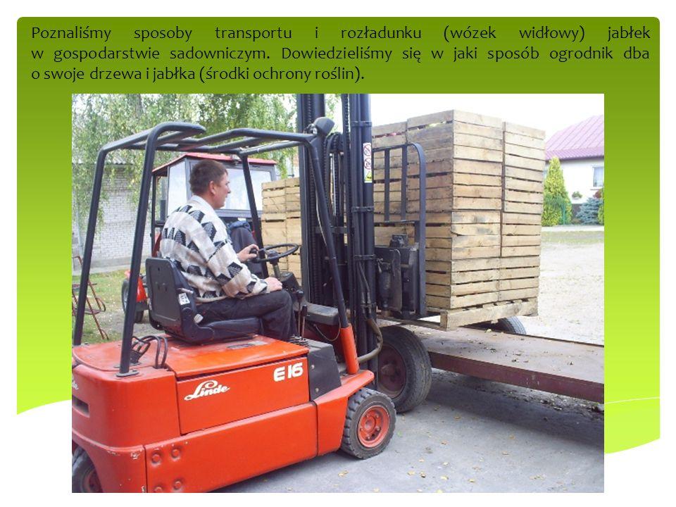Poznaliśmy sposoby transportu i rozładunku (wózek widłowy) jabłek w gospodarstwie sadowniczym. Dowiedzieliśmy się w jaki sposób ogrodnik dba o swoje d