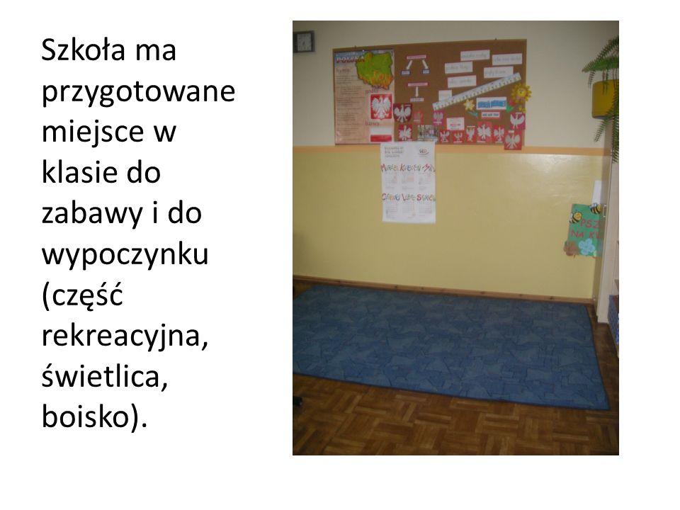 Szkoła ma przygotowane miejsce w klasie do zabawy i do wypoczynku (część rekreacyjna, świetlica, boisko).
