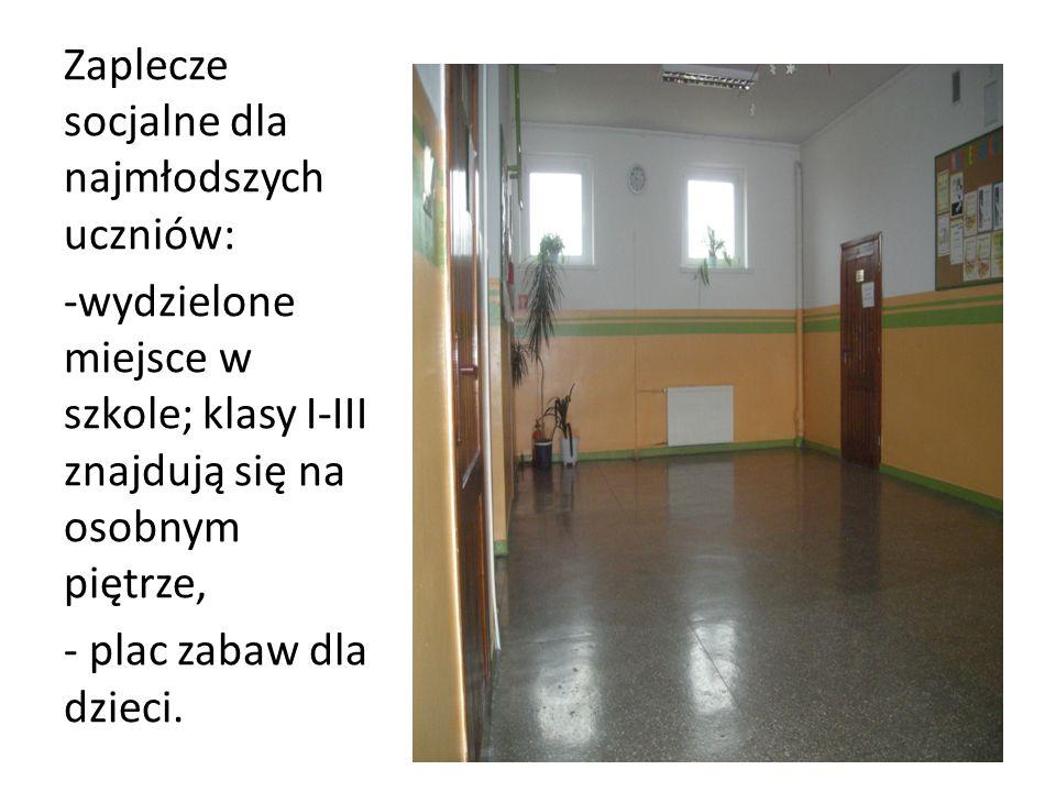 Zaplecze socjalne dla najmłodszych uczniów: -wydzielone miejsce w szkole; klasy I-III znajdują się na osobnym piętrze, - plac zabaw dla dzieci.