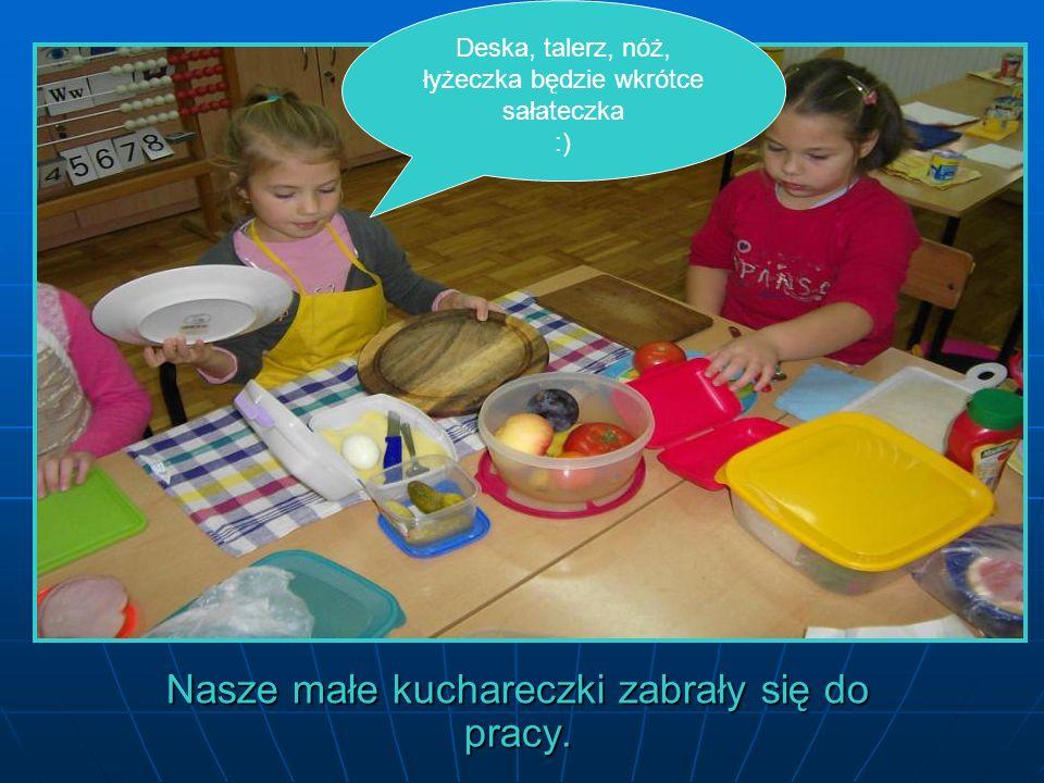 Deska, talerz, nóż, łyżeczka będzie wkrótce sałateczka :) Nasze małe kuchareczki zabrały się do pracy.