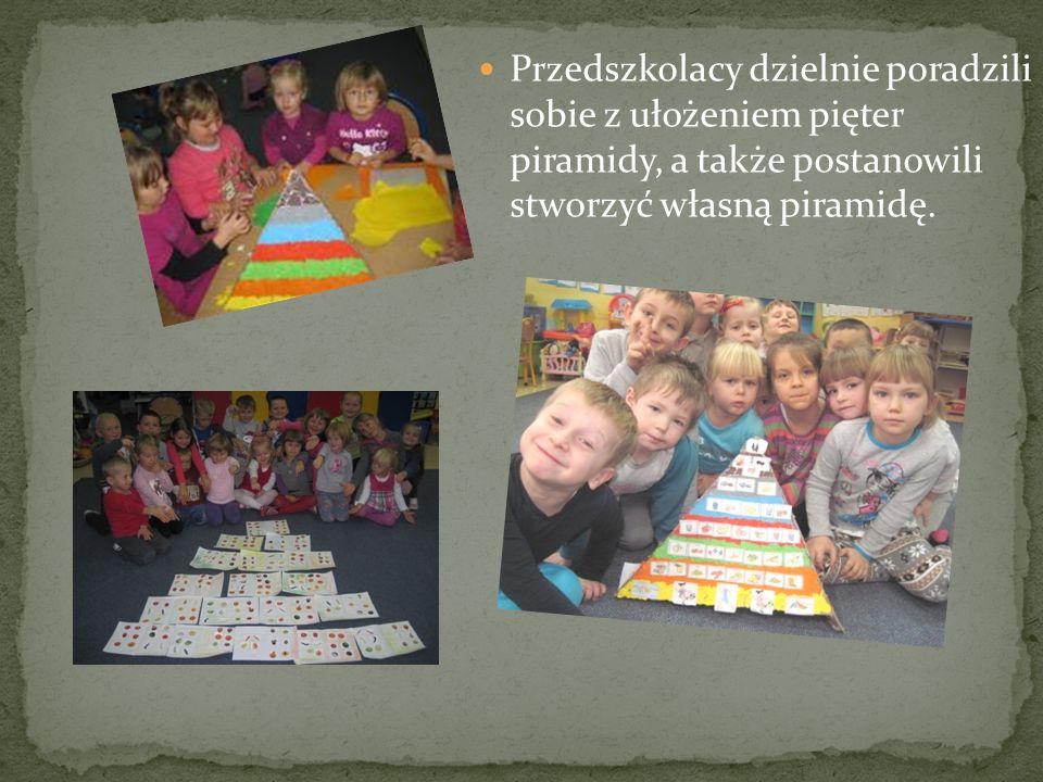 Przedszkolacy dzielnie poradzili sobie z ułożeniem pięter piramidy, a także postanowili stworzyć własną piramidę.