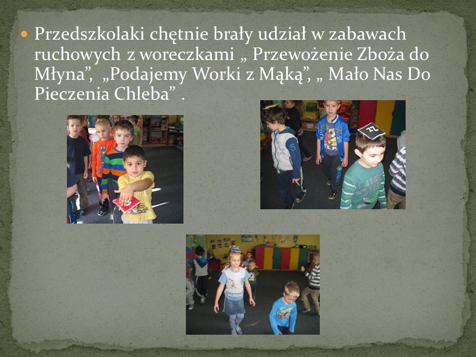 Przedszkolaki chętnie brały udział w zabawach ruchowych z woreczkami Przewożenie Zboża do Młyna, Podajemy Worki z Mąką, Mało Nas Do Pieczenia Chleba.