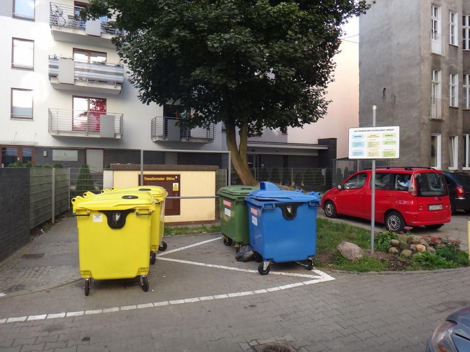 Wady systemu odbioru odpadów komunalnych u źródła rozległa sieć punktów odbioru, konieczność rozbudowy systemu segregacji o dodatkowe pojemniki system