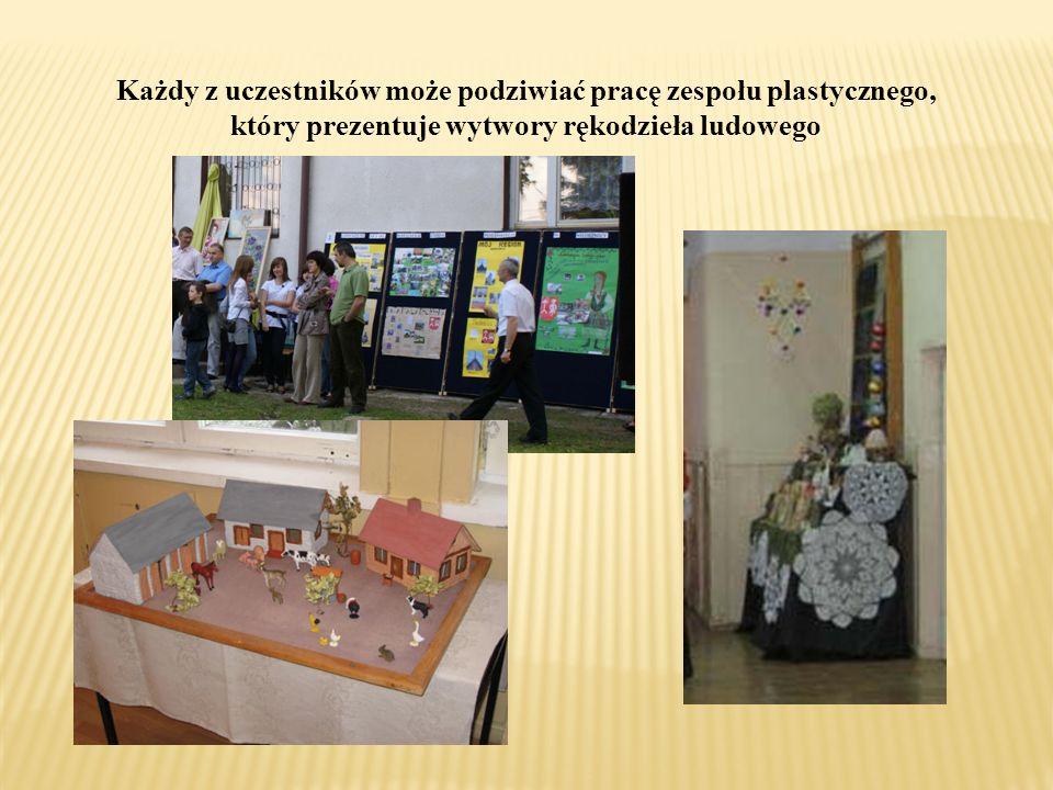 Każdy z uczestników może podziwiać pracę zespołu plastycznego, który prezentuje wytwory rękodzieła ludowego
