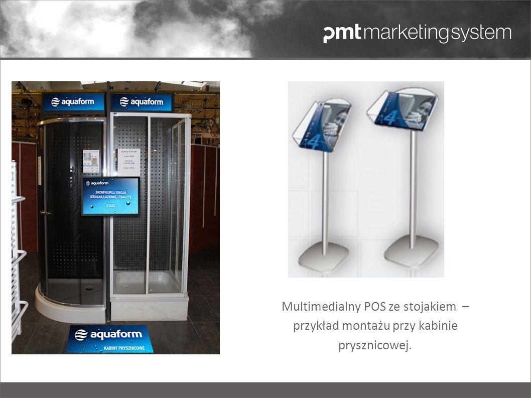 Multimedialny POS ze stojakiem – przykład montażu przy kabinie prysznicowej.
