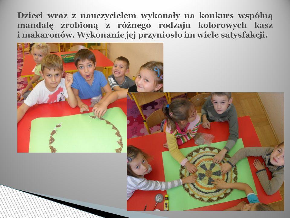 Dzieci wraz z nauczycielem wykonały na konkurs wspólną mandalę zrobioną z różnego rodzaju kolorowych kasz i makaronów. Wykonanie jej przyniosło im wie