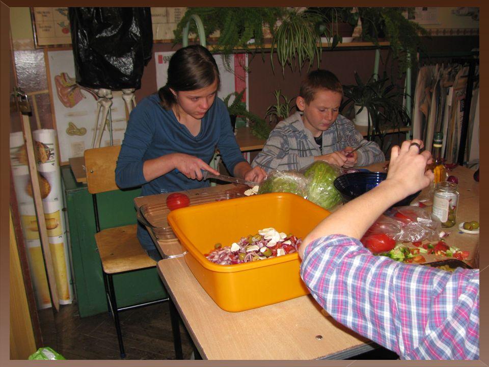 Za pomocą anonimowych ankiet przeprowadzonych wśród uczniów zbadaliśmy poziom marnowania żywności w ich rodzinach.