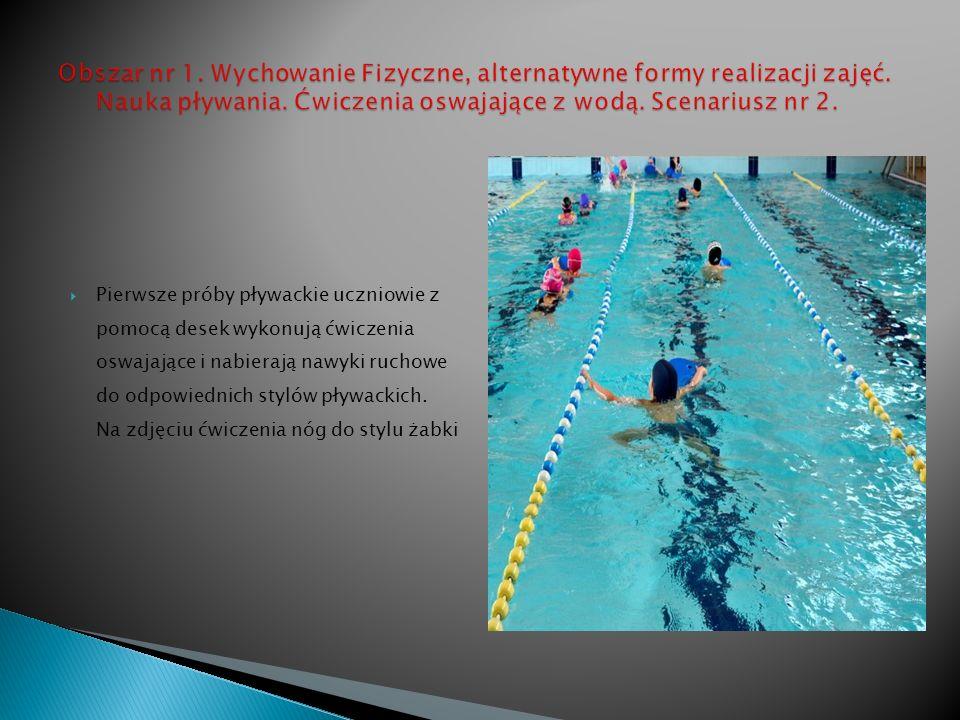 Pierwsze próby pływackie uczniowie z pomocą desek wykonują ćwiczenia oswajające i nabierają nawyki ruchowe do odpowiednich stylów pływackich.