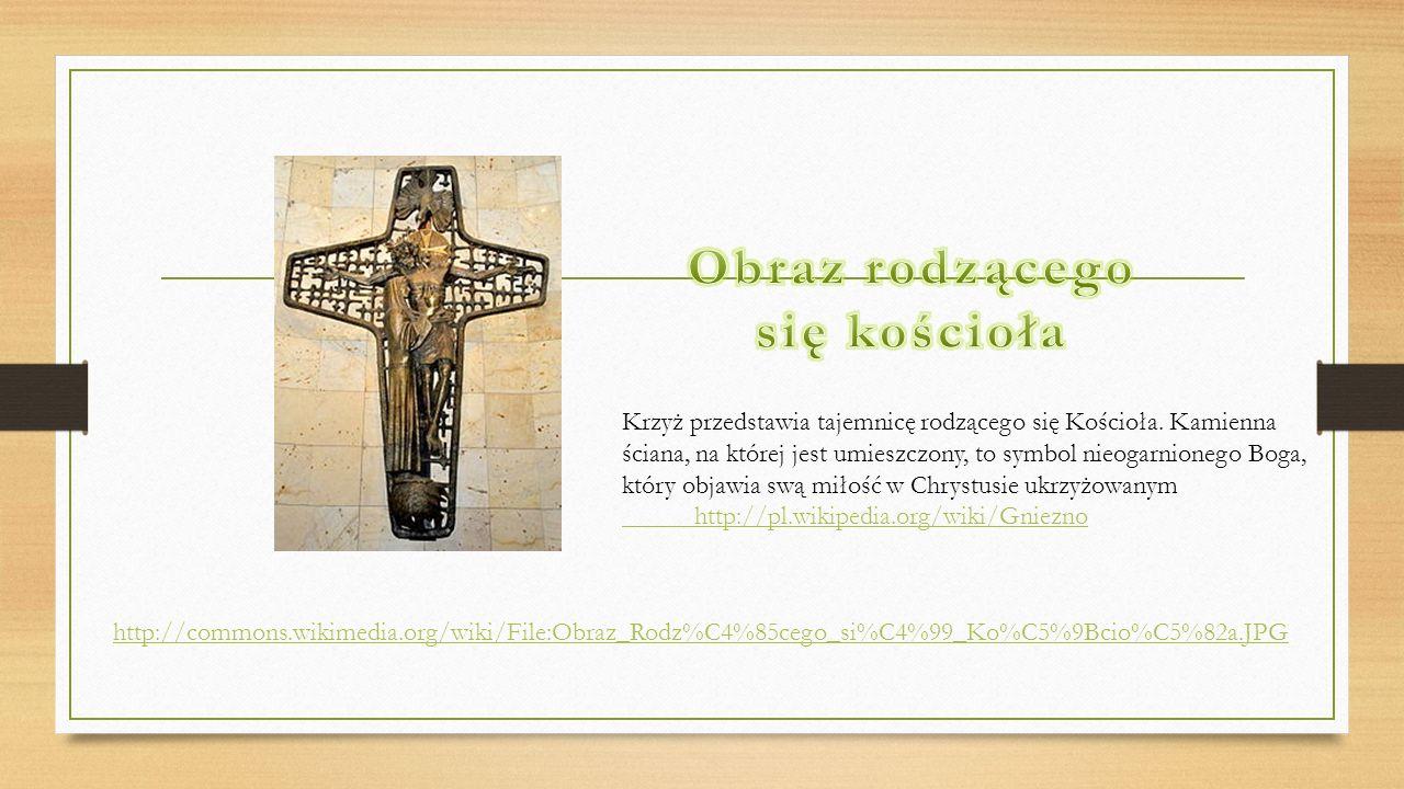 Krzyż przedstawia tajemnicę rodzącego się Kościoła. Kamienna ściana, na której jest umieszczony, to symbol nieogarnionego Boga, który objawia swą miło