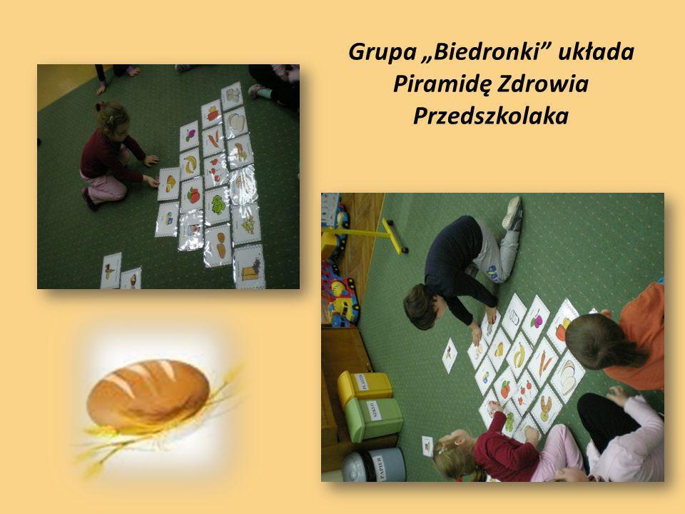 Grupa Biedronki układa Piramidę Zdrowia Przedszkolaka