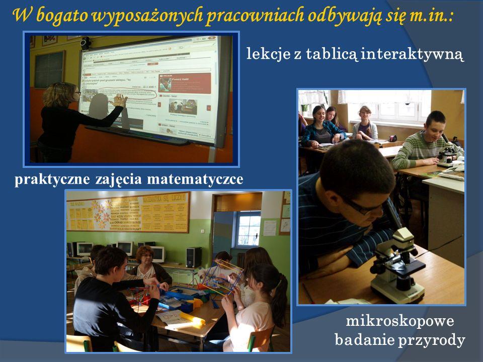 W bogato wyposażonych pracowniach odbywają się m.in.: lekcje z tablicą interaktywną mikroskopowe badanie przyrody praktyczne zajęcia matematyczce