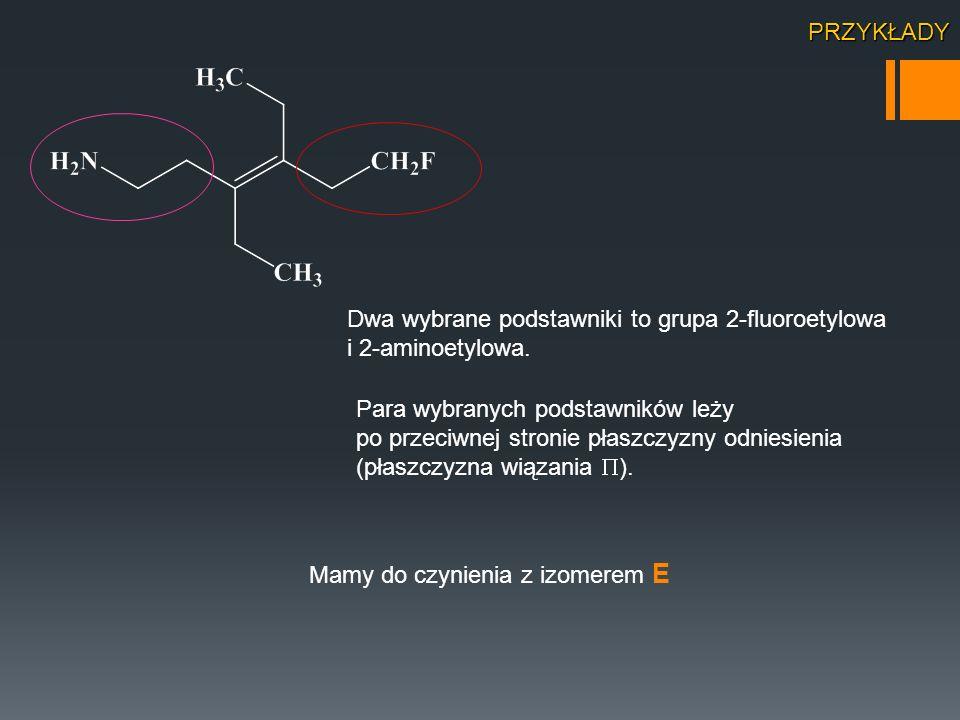 Dwa wybrane podstawniki to grupa 2-fluoroetylowa i 2-aminoetylowa. Para wybranych podstawników leży po przeciwnej stronie płaszczyzny odniesienia (pła