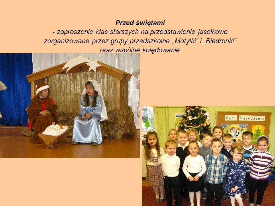 Przed świętami - zaproszenie klas starszych na przedstawienie jasełkowe zorganizowane przez grupy przedszkolne Motylki i Biedronki oraz wspólne kolędo