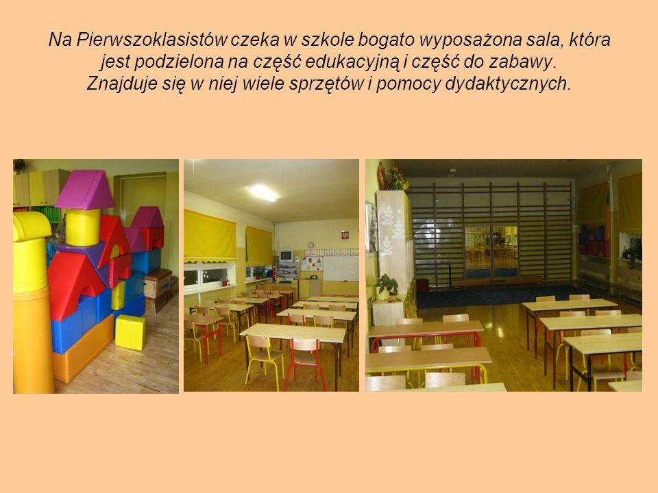 Na Pierwszoklasistów czeka w szkole bogato wyposażona sala, która jest podzielona na część edukacyjną i część do zabawy. Znajduje się w niej wiele spr