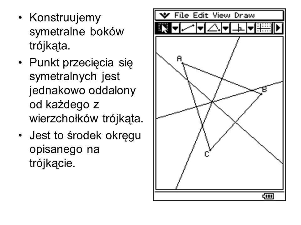 Konstruujemy symetralne boków trójkąta. Punkt przecięcia się symetralnych jest jednakowo oddalony od każdego z wierzchołków trójkąta. Jest to środek o
