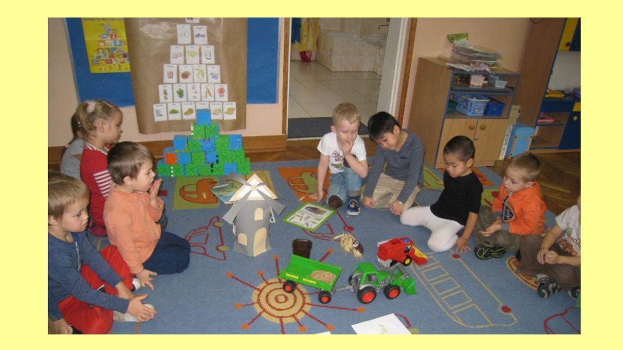 Dzieci bardzo interesowały się także małymi maszynami rolniczymi i były bardzo ciekawe jak wykorzystuje się je do produkowania żywności.
